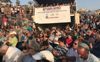 500 people attend a ceremony dedicating a monument to fallen IDF soldiers in the Netiv Ha'avot outpost on July 23, 2017. (Jacob Magid/Times of Israel)