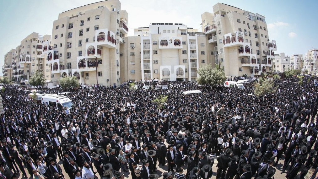 Thousands of Ultra Orthodox Jews attend the funeral of Rabbi Aryeh Finkel, head Yeshiva of the Brachfeld branch of the Mir Yeshiva in Modiin Illit, on August 10, 2016. (Shlomi Cohen/Flash90)