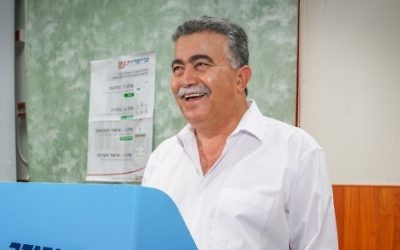 Former Labor party leader Amir Peretz casts his vote at a polling station in Dimona on July 4, 2017. (Flash90)