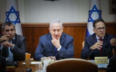 Prime Minister Benjamin Netanyahu (C) attends the weekly cabinet meeting on July 9, 2017. (Ohad Zweigenberg/Flash90)