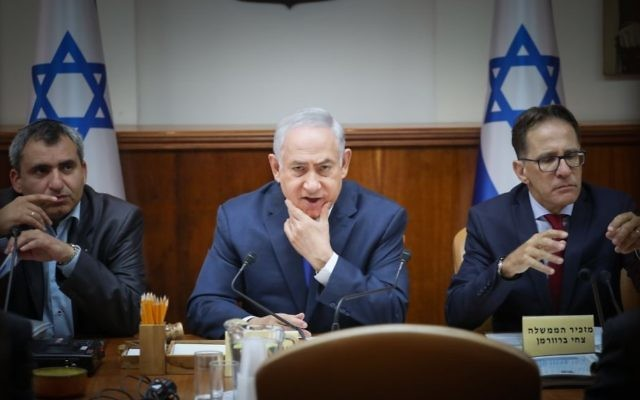 Prime Minister Benjamin Netanyahu, center, attends the weekly cabinet meeting on July 9, 2017. (Ohad Zweigenberg/Flash90)