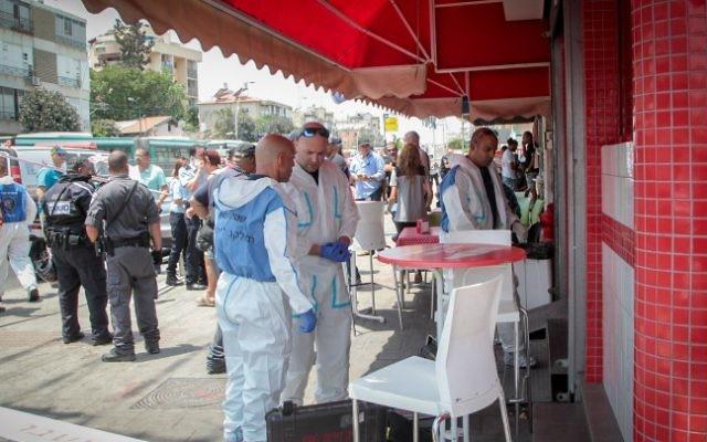 Police at the shawarma shop where a Palestinian man stabbed an Arab-Israeli bus driver in Petah Tikva, July 24, 2017 (Roy Alima/Flash90)
