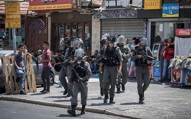 Illustrative: Police officers on patrol after Friday prayers in the East Jerusalem neighborhood of Ras al-Amud on July 28, 2017. (Hadas Parush/Flash90/File)
