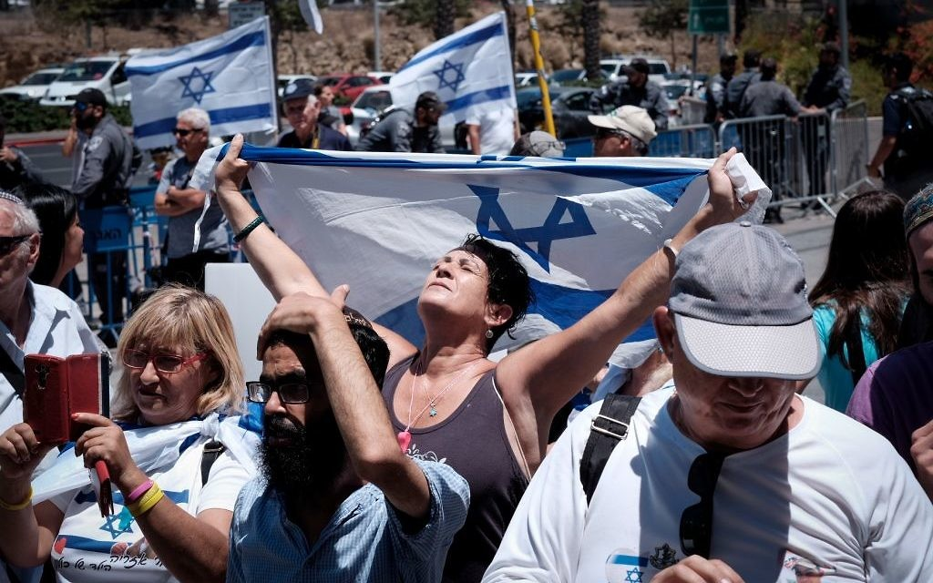 Supporters of Elor Azaria, the Israeli soldier convicted in the March 2016 manslaughter of a Palestinian attacker, demonstrate outside the military court at IDF Headquarters at the Kirya base in Tel Aviv, July 30, 2017. (Tomer Neuberg/Flash90)