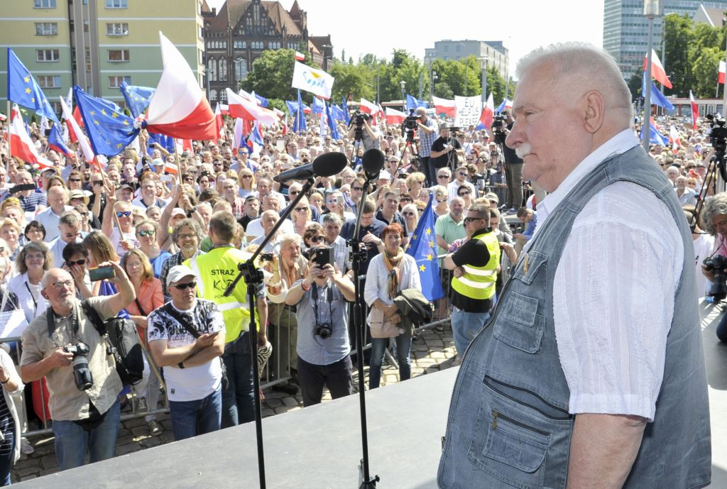 Polish democracy icon and ex-president Lech Walesa addresses a large crowd of anti-government protesters in Gdansk, Poland, Saturday, July 22, 2017 (AP Photo)