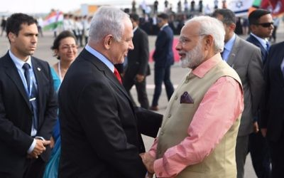 Prime Minister Benjamin Netanyahu bids farewell to his Indian counterpart Narendra Modi at Ben Gurion International Airport on June 6, 2017. (Kobi Gideo/GPO)