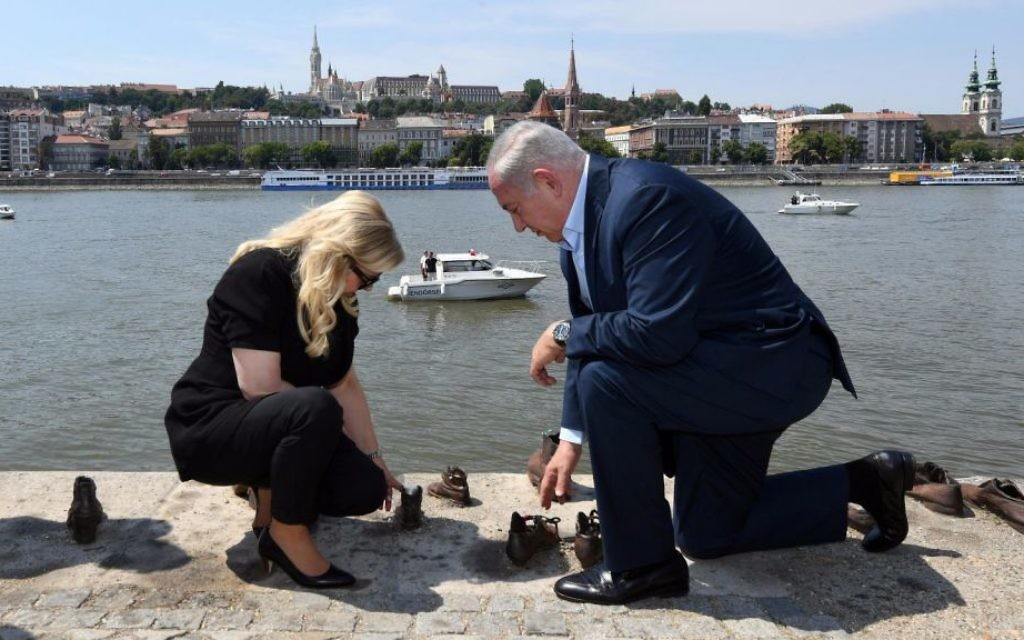 Prime Minister Benjamin Netanyahu and his wife Sara at the shoes memorial for Holocaust victims on the bank of the Danube in Budapest, July 20, 2017. (GPO)