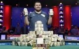 Scott Blumstein poses for photographers after winning the World Series of Poker main event, Sunday,  July 23, 2017, in Las Vegas. (AP Photo/John Locher)