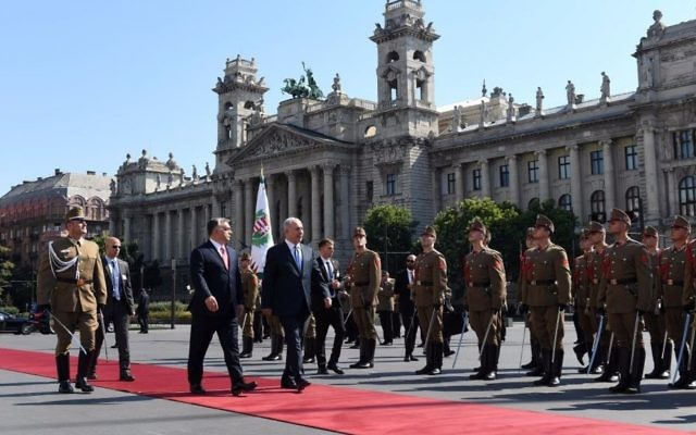 Prime Minister Benjamin Netanyahu (R) and Hungarian Prime Minister Viktor Orban (L) inspect an honor guard outside the Budapest Parliament, July 18, 2017 (Haim Tzach/GPO)
