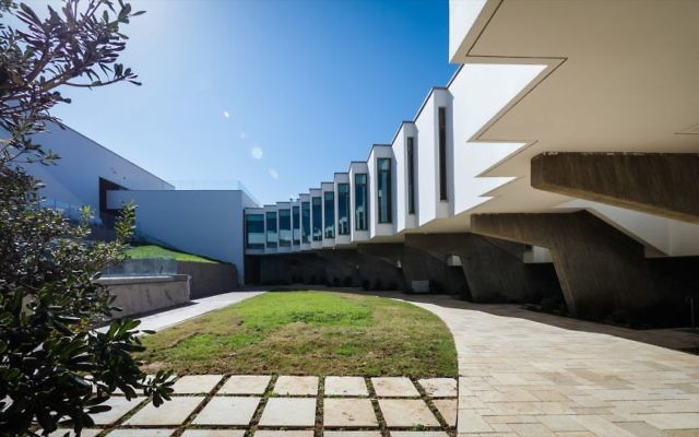 The renovated central inner courtyard, surrounded by the massive exposed concrete pillars (Courtesy Amnon Rechter)