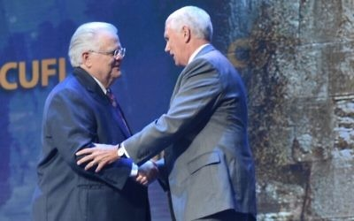 Pastor John Hagee (L) founder of Christians United for Israel, shaking hands with Vice President Mike Pence at CUFI's annual conference, July 17, 2017. (Kasim Hafeez/CUFI)
