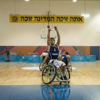 Ido Shkuri, a wheelchair basketball player for Israel's national team, takes a free throw during the Maccabiah Games in Jerusalem, July 9, 2017. (Luke Tress/Times of Israel)