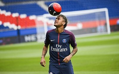 Brazilian soccer star Neymar plays with a ball during his official presentation at Paris' Parc des Princes stadium on August 4, 2017. (AFP Photo/Lionel Bonaventure)