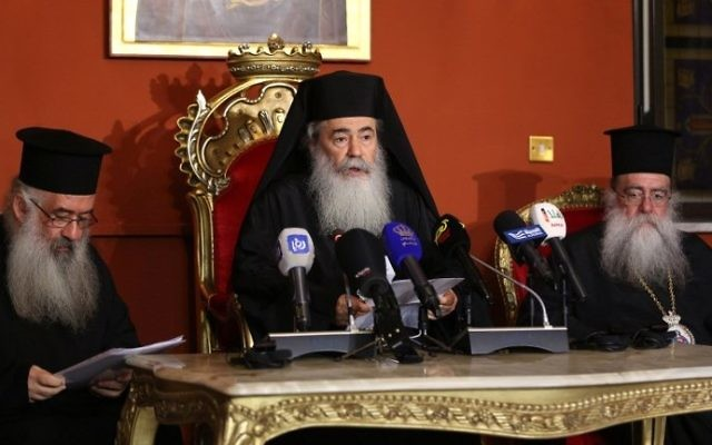 Greek Orthodox Patriarch of Jerusalem Theophilos III (C) speaks during a press conference in the Jordanian capital Amman on August 12, 2017. (AFP Photo/Khalil Mazraawi)