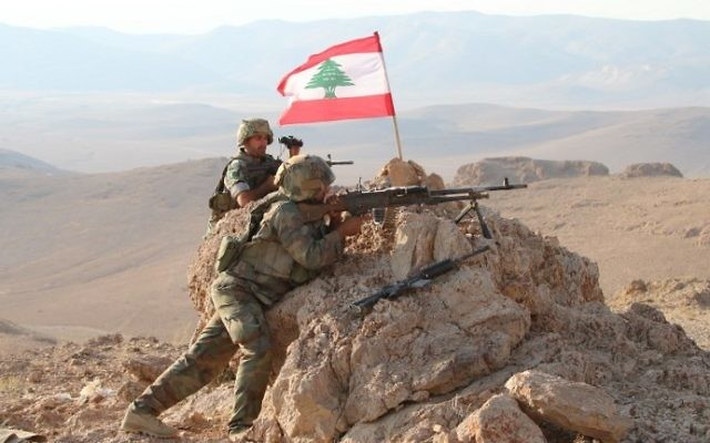 A picture taken on August 17, 2017, during a tour guided by the Lebanese army, shows soldiers holding a position in a mountainous area near the eastern town of Ras Baalbek during an operation against jihadist fighters. (AFP PHOTO / STRINGER)