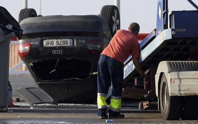 A worker starts to tow away a car involved in a terrorist attack in Cambrils, about 75 miles south of Barcelona, on August 18, 2017. (AFP/Lluis Gene)