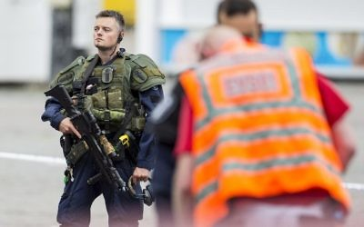 An armed police officer stands guard at the Turku Market Square in the Finnish city of Turku where several people were stabbed on August 18, 2017.( AFP PHOTO / Lehtikuva / Roni Lehti )