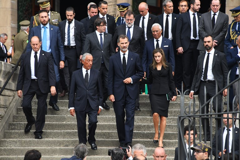 Spain's King Felipe VI (C), Spain's Queen Letizia (R) and Portugal's President Marcelo Rebelo de Sousa (L), (2nd row from L) President of Catalonia Carles Puigdemont, Spanish Prime Minister Mariano Rajoy and Portugal's Prime Minister Antonio Costa leave after a mass to commemorate victims of two devastating terror attacks in Barcelona and Cambrils, at the Sagrada Familia church in Barcelona on August 20, 2017. (AFP PHOTO / PASCAL GUYOT)
