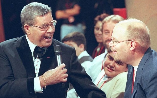 US comedian Jerry Lewis introducing himself to the studio audience at the start of the 34th annual Jerry Lewis Telethon to benefit the Muscular Dystrophy Association in Hollywood, September 5, 1999. (AFP/LUCY NICHOLSON)