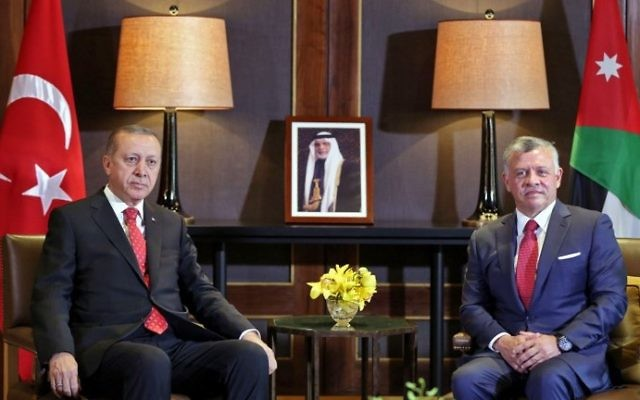 Jordan's King Abdullah II (R) meets with Turkish President Recep Tayyip Erdogan at the royal palace in Amman on August 21, 2017. (AFP Photo/Khalil Mazraawi)