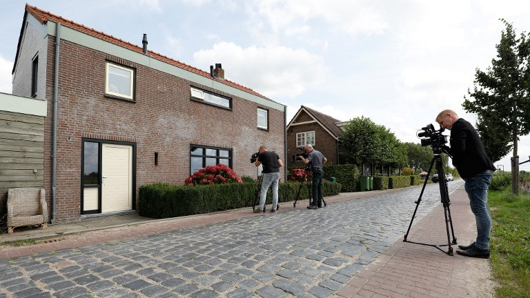 Journalists stand in front of the house of the 22-year-old suspect who was arrested in Langeweg, the Netherlands, on August 24, 2017. (AFP Photo/ANP/Bas Czerwinski)