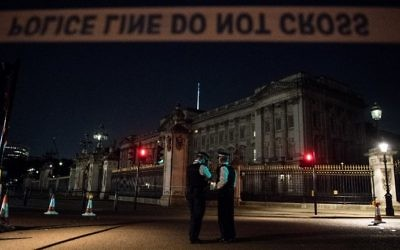 UK police officers stand guard outside Buckingham Palace following an incident where a man armed with a sword was arrested outside the palace on August 26, 2017. (AFP Photo/Chris J Ratcliffe)