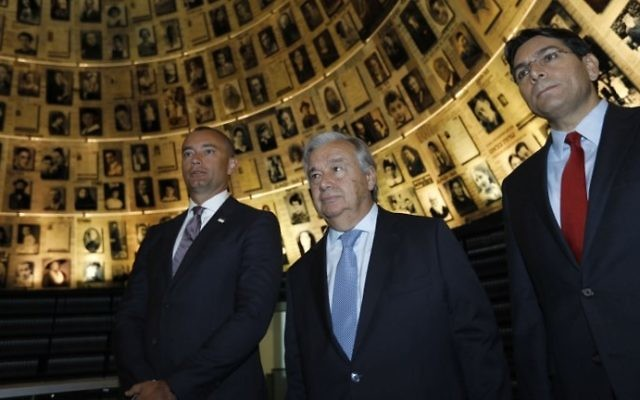 United Nations Secretary General Antonio Guterres (C) and Israeli Ambassador to the UN Danny Danon (R) visit the Yad Vashem Holocaust Memorial Museum on August 28, 2017. (AFP Photo/Menahem Kahana)