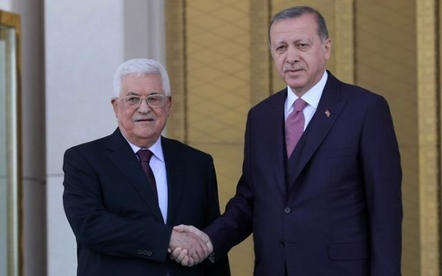 Palestinian Authority President Mahmoud Abbas (L) shakes hands with Turkish President Recep Tayyip Erdogan, during an official welcoming ceremony at the Presidential Complex in Ankara on August 28, 2017. (AFP PHOTO / ADEM ALTAN)