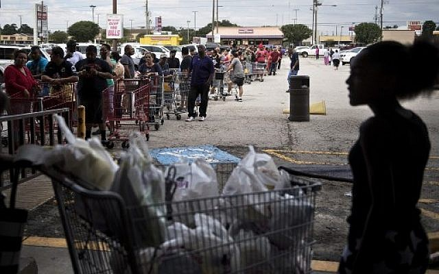 People wait in line to buy groceries at a Food Town during the aftermath of Hurricane Harvey on August 30, 2017 in Houston, Texas. (AFP Photo/Brendan Smialowski)