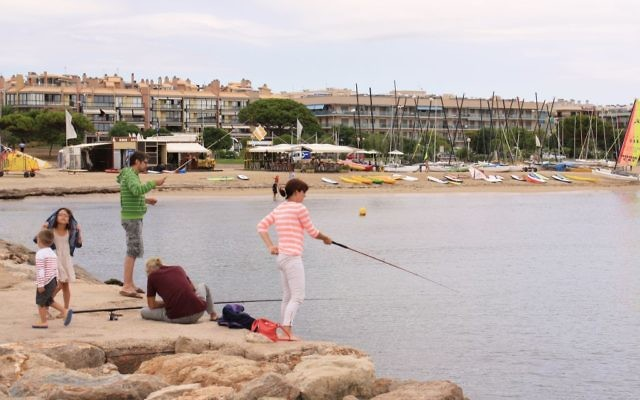 People fishing off a jetty in Cambrils, Spain, August 2013. (CC BY, Kroszk@, Flickr)