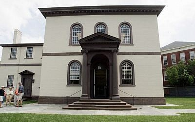 Visitors stand outside the Touro Synagogue in Newport, Rhode Island, July 30, 2009. (AP/Eric J. Shelton)