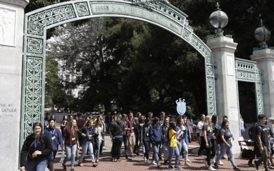 Students walk on the UC Berkeley campus Tuesday, Aug. 15, 2017, in Berkeley, California (AP Photo/Marcio Jose Sanchez)
