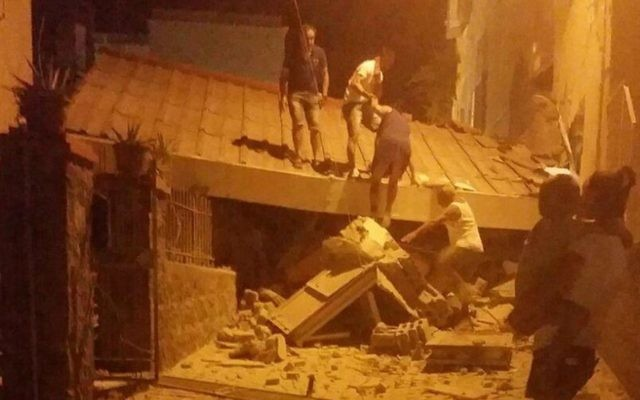 People remove debris after an earthquake hit Ischia island, near Naples, Southern Italy, August 21, 2017. (Serenella Mattera/ANSA via AP)