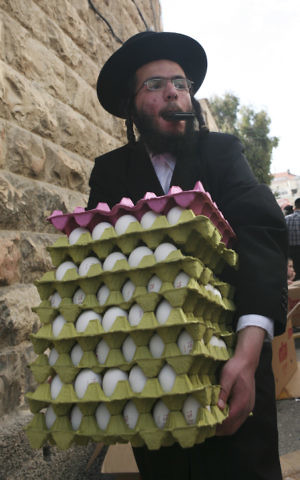 An ultra orthodox man carries eggs in Jerusalem on April 5, 2009. (Matanya Tausig/Flash90)