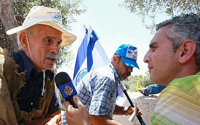 Al Jazeera reporter Elias Karram (R) interviews  Gershon Salomon outside the Western Wall on .July 30, 2009. (Rishwanth Jayapaul/FLASH90)