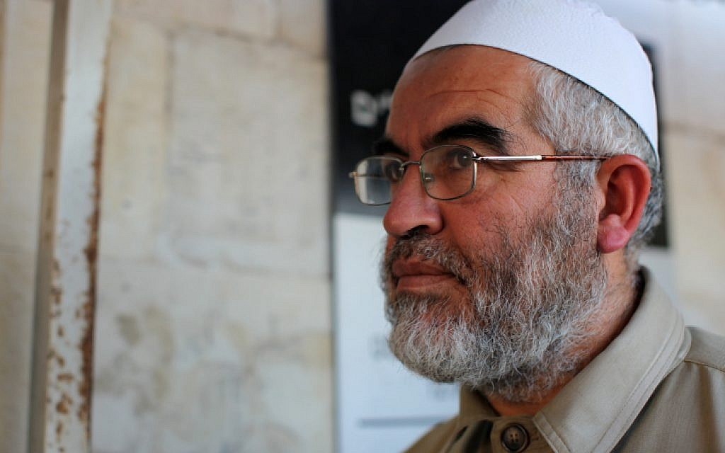 Sheikh Raed Salah, head of the Islamic Movement's Northern Branch, arrives at court in Jerusalem, on November 5, 2009. (Kobi Gideon / FLASH90)