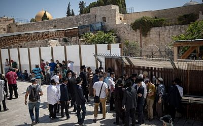 Jewish visitors wait to enter the Temple Mount complex in the Old City of Jerusalem, August 1, 2017. (Yonatan Sindel/Flash90)