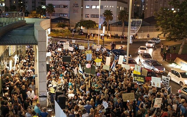 Demonstrators protest near the home of Attorney General Mandelblit in Petah Tikva on August 5, 2017. (Tomer Neuberg/Flash90)