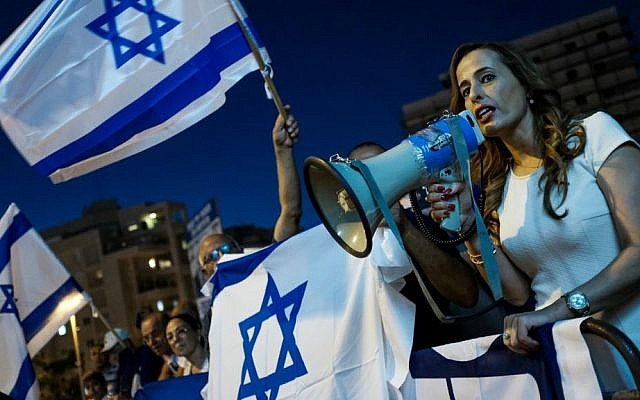 Likud MK Nava Boker (R) attends a protest in support of Prime Minister Benjamin Netanyahu near the weekly demonstration by Attorney General Avichai Mandelblit's home in Petah Tikva on August 5, 2017. (Tomer Neuberg/Flash90)