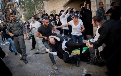 Israeli police officers clash with ultra-Orthodox Jews during a raid on an anti-draft office in the Mea Shearim neighborhood on August 8, 2017. (Yonatan Sindel/Flash90)