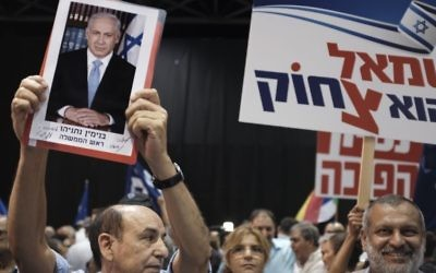 Likud party supporters at a rally in support of Prime Minister Benjamin Netanyahu, as he and his wife face police investigations, held in Tel Aviv, August 9, 2017. (Tomer Neuberg/Flash90)