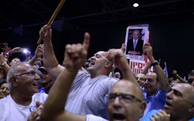Likud party supporters at a rally in support of Prime Minister Benjamin Netanyahu, as he and his wife face legal investigations, held in Tel Aviv, August 9, 2017. (Tomer Neuberg/Flash90)