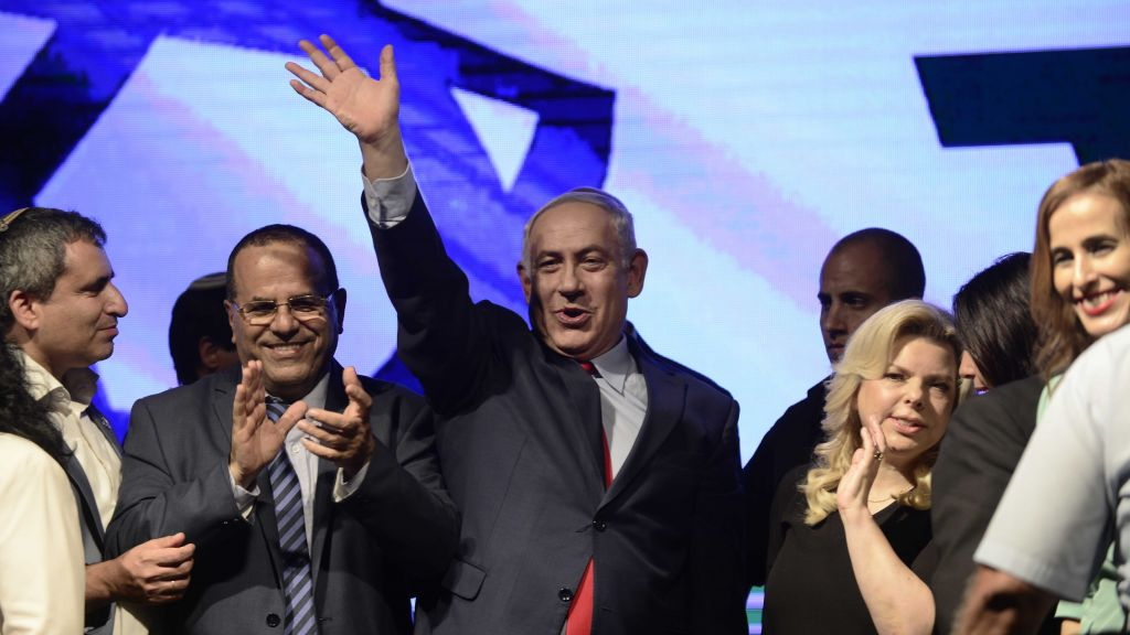 Prime Minister Benjamin Netanyahu with his wife Sara and Likud party members at a rally in his support, in Tel Aviv, on August 9, 2017. (Tomer Neuberg/Flash90)
