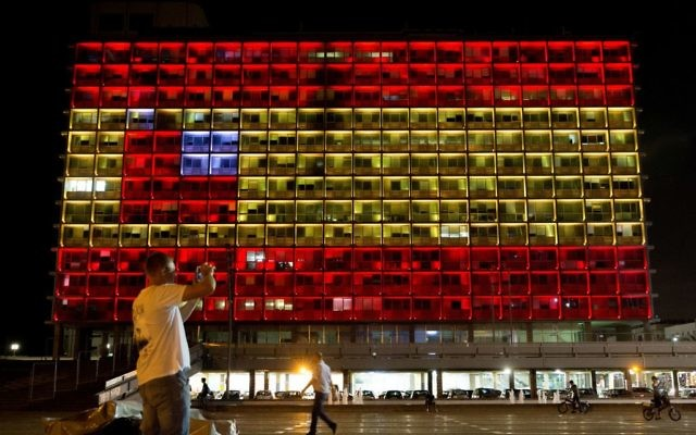 The Tel Aviv city hall seen lit up to depict the Spanish flag, in solidarity with Spain, on August 17, 2017. (Miriam Alster/Flash90)