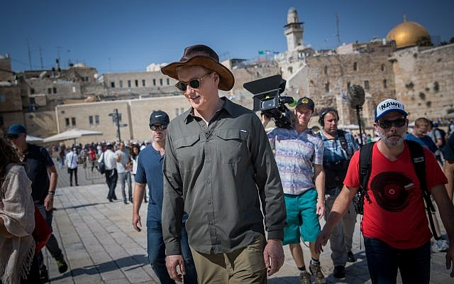 American television host, comedian and producer Conan O'Brien visits the Western Wall in the Old City of Jerusalem, August 28, 2017. (Yonatan Sindel/Flash90)