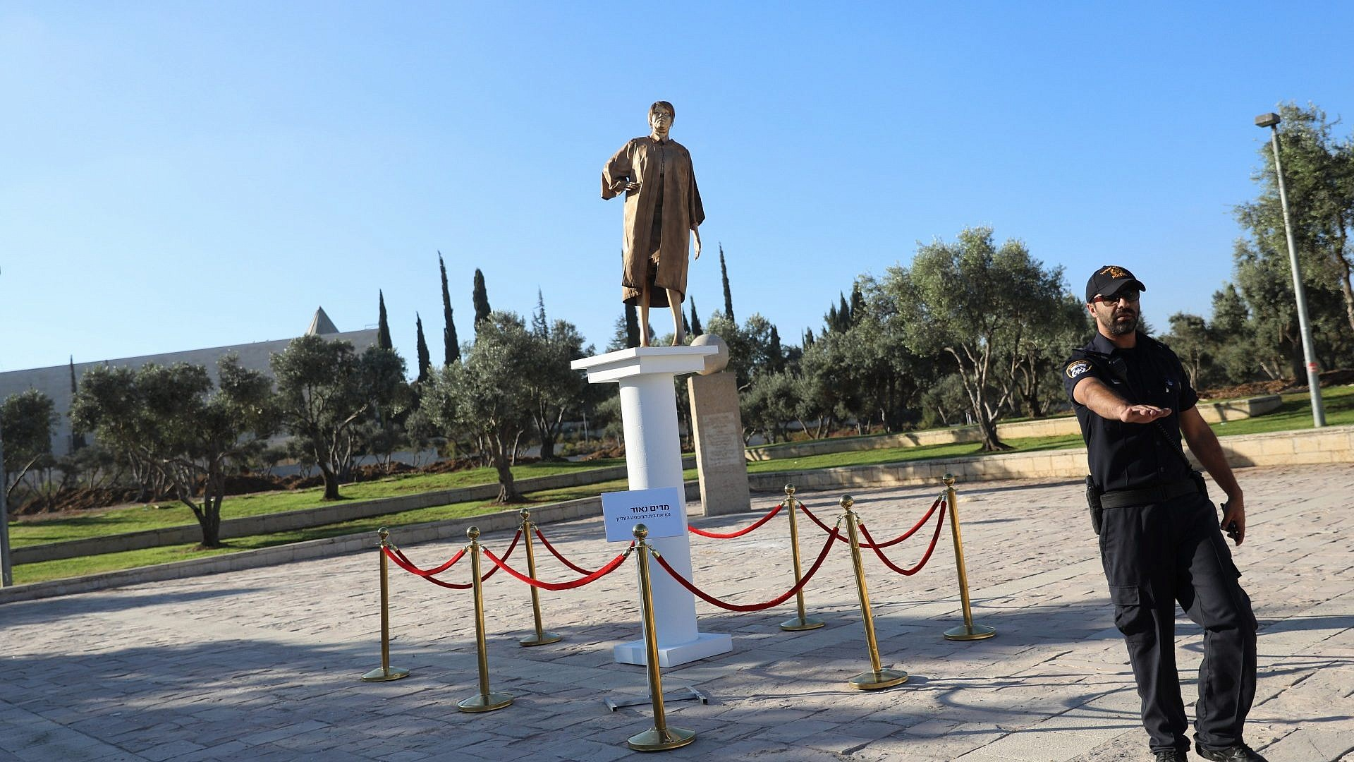 Right-wing NGO behind golden statue of Israeli Supreme Court president