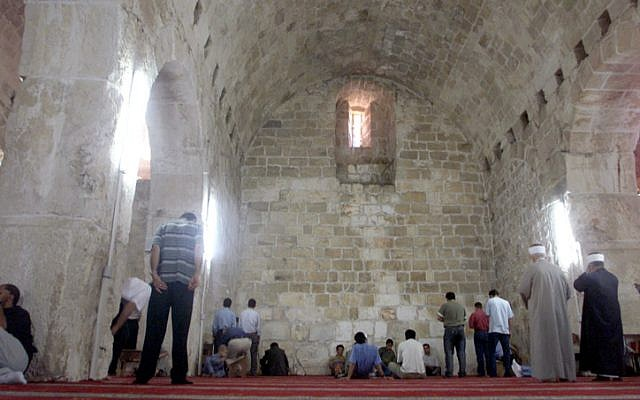 Muslims pray at Urvot Shlomo (King Solomon's Stables) at the Temple Mount. October 04, 2002. (Flash90)