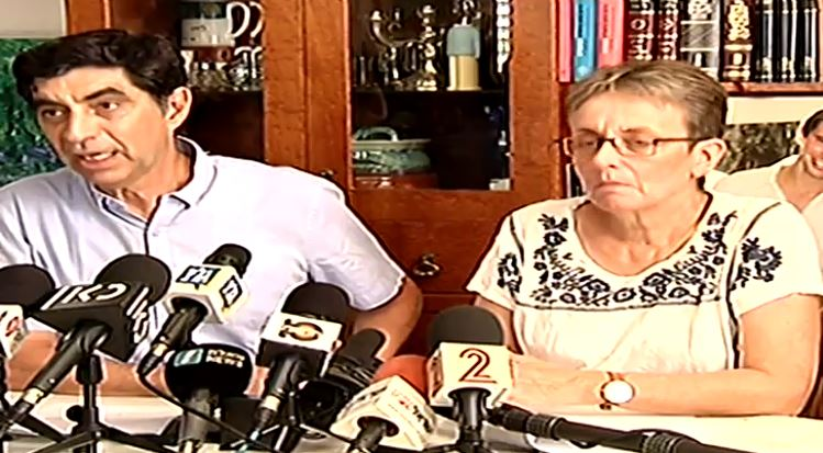 Simha (R) and Leah Goldin, whose during a press conference responding to statements by Defense Minister Avigdor Liberman rejecting the possibility of a deal to return the remains of their son Hadar Goldin, killed during the 2014 Gaza War, from Gaza, August 27, 2017. (Screen capture: Channel 2)