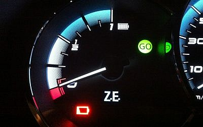 An empty battery gauge on a Better Place Renault Fluence. (Brian Blum)