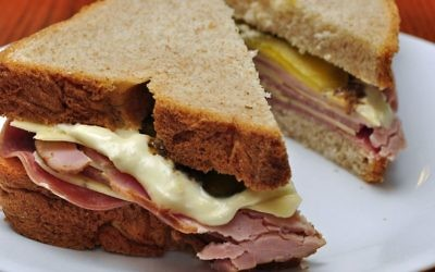 Corned beef on whole wheat with mayo and cheese -- an indisputably 'goyish' sandwich. (CC-SA/Flickr/Magnus Manske)
